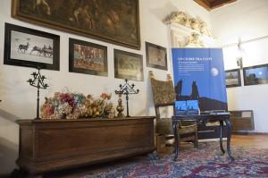 Scorcio di una sala del castello e parte della mostra fotografica